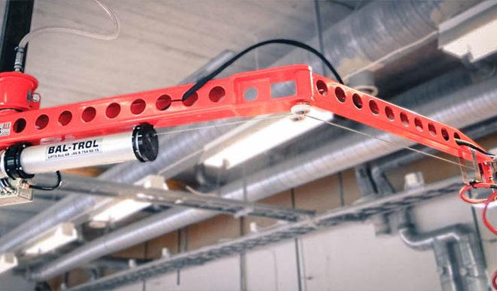 Svängkranen FlexiCrane lyfter laster upp till 65 kg.