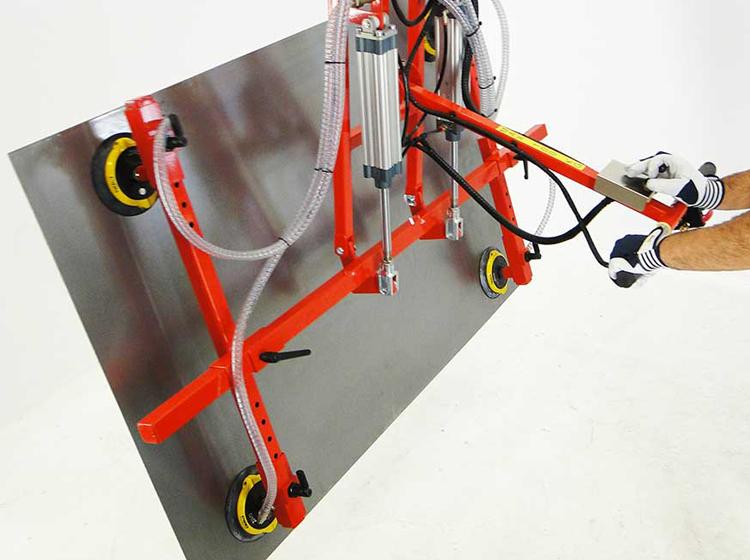 Vakuumlyften ProWood för att lyfta och tilta skivor och plåtar.