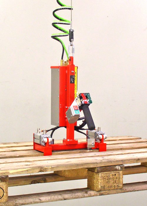 The pallet gripper stacks and moves pallets up to 30 kg.